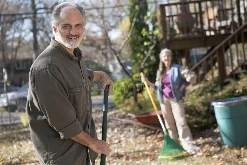 成熟完成院子劳动的夫妇 免版税图库摄影