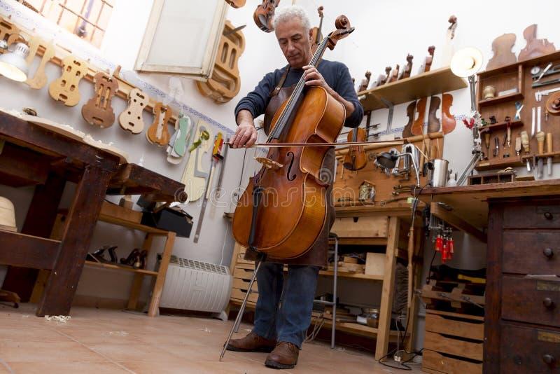 成熟小提琴制造商画象  免版税图库摄影