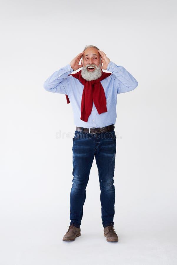 成熟惊奇的有胡子的人对负顶头用手 免版税库存图片