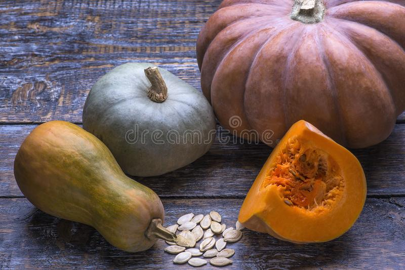 成熟新鲜蔬菜南瓜和种子素食主义者节食的食物在木背景 库存图片