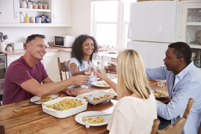 成熟晚餐会的夫妇有趣的朋友 免版税库存照片