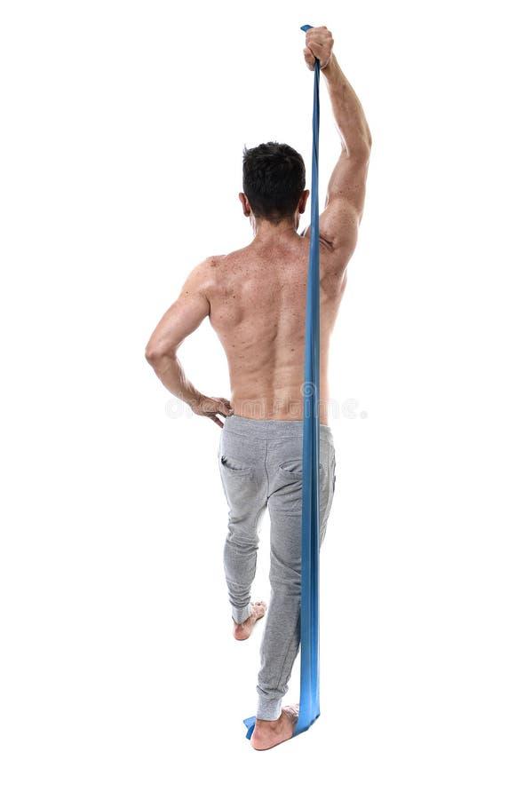 成熟有坚强的爱好健美者和做与有弹性橡皮筋儿的适合的身体训练的体育运动人锻炼 库存图片