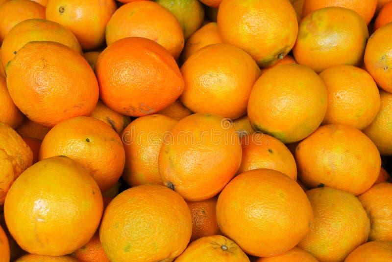 成熟桔子在城市农夫市场上 库存照片