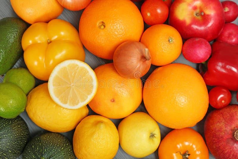 成熟水果和蔬菜的彩虹汇集 免版税库存照片