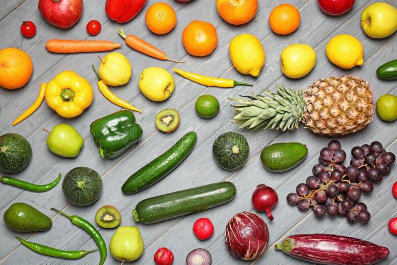成熟水果和蔬菜的彩虹汇集 图库摄影
