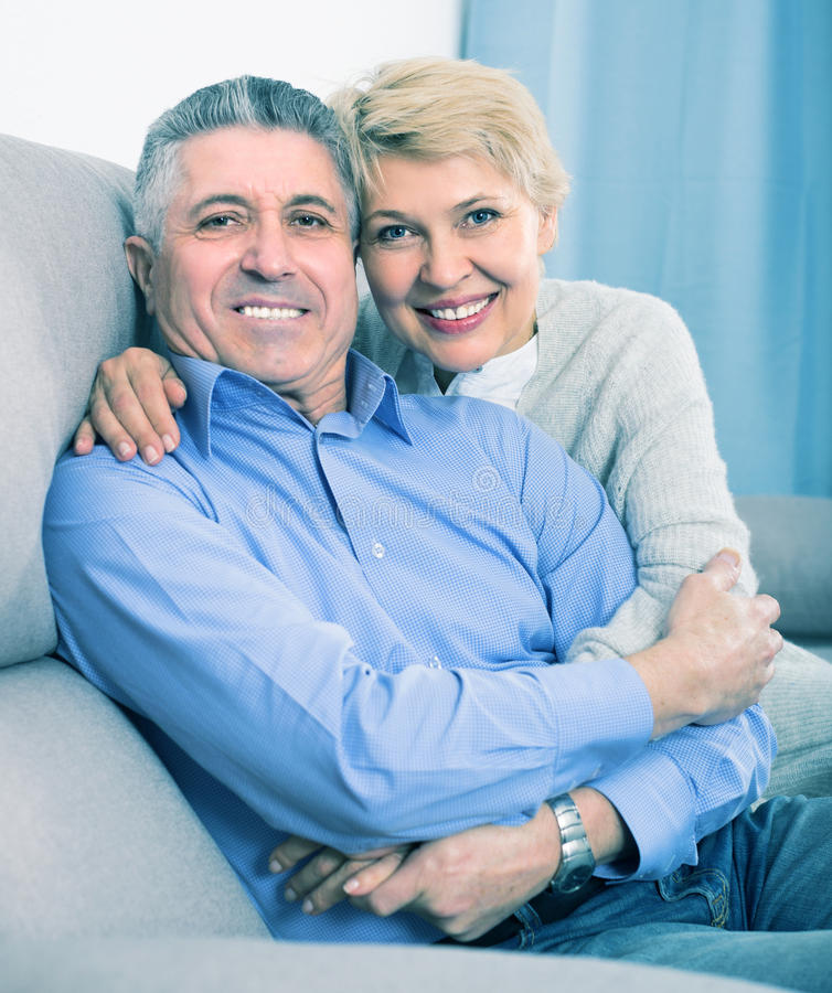 成熟男人和妇女是愉快的 免版税库存图片