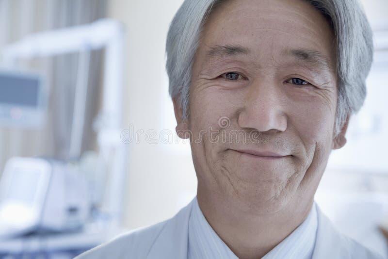 成熟男性医生特写镜头画象在医院 免版税库存图片