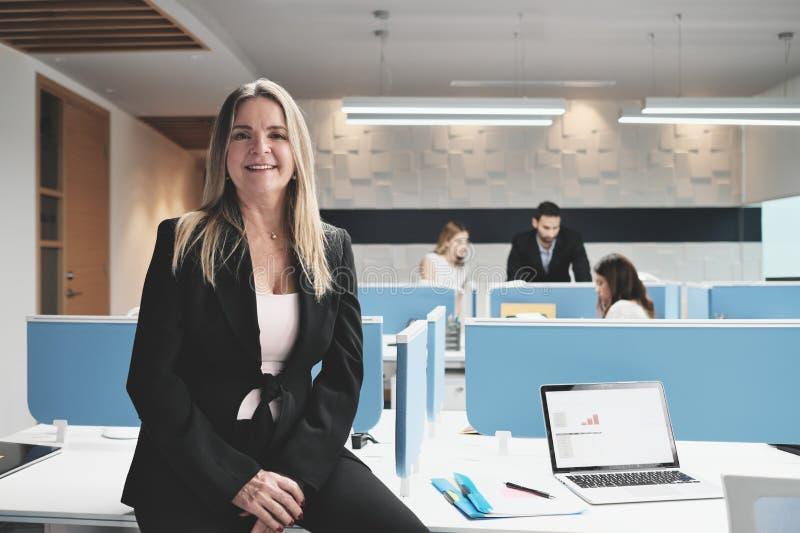 成熟的商业妇女画象作为经理的Coworking办公室空间的 图库摄影