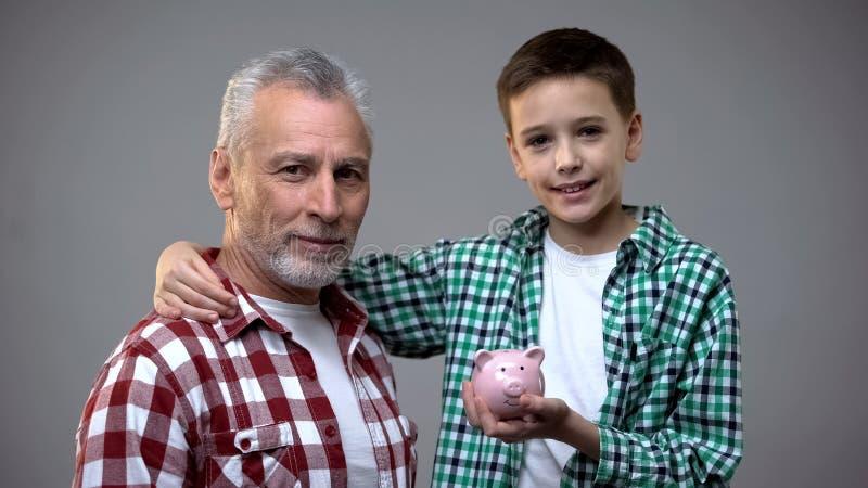 成熟看照相机藏品贪心银行的祖父和他的小孙子 库存照片