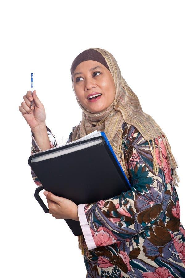 成熟穆斯林摆在认为的妇女 免版税库存图片