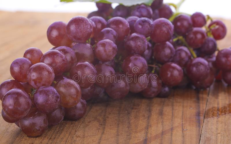成熟红葡萄 与在白色隔绝的叶子的桃红色束 Brot 免版税库存照片