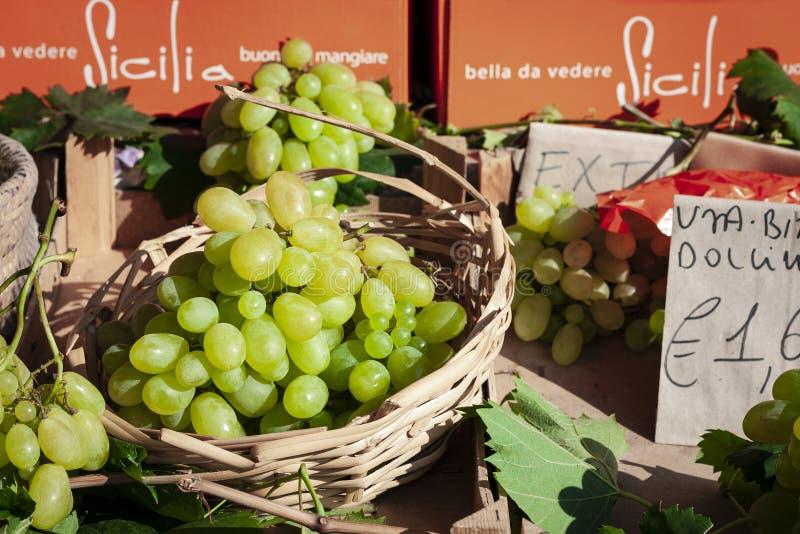 成熟绿色葡萄在水果市场,卡塔尼亚,西西里岛,意大利上 库存图片