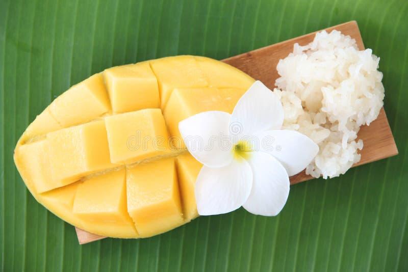 成熟芒果和黏米饭在竹盘。 库存图片