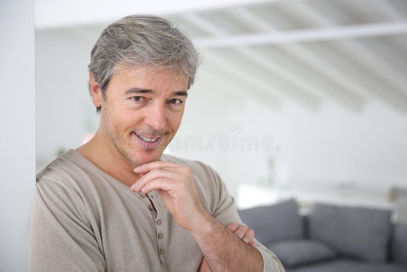 成熟英俊的人在家 免版税库存照片