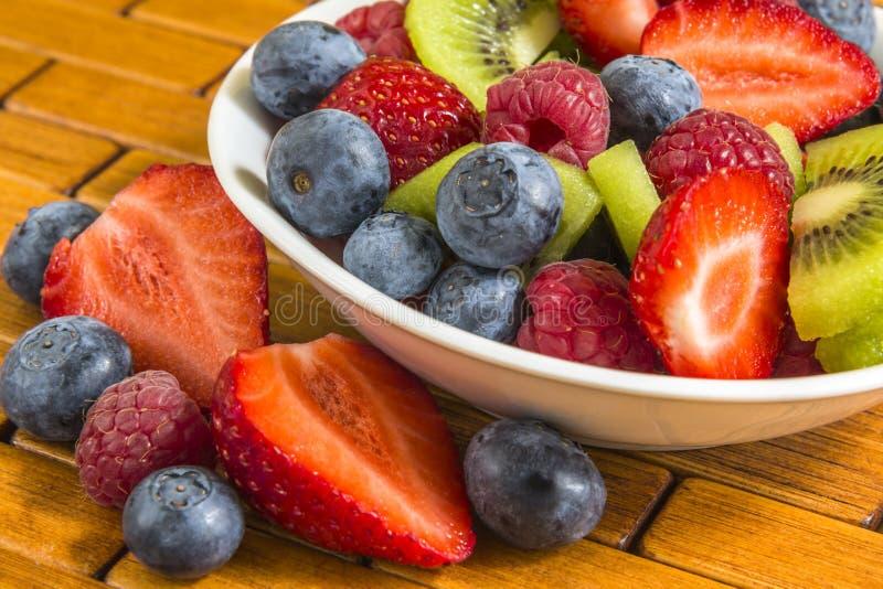 成熟莓果和猕猴桃在一个小碗 库存照片