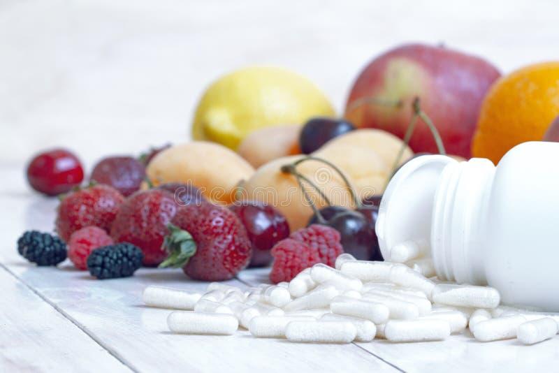 成熟莓果 r 营养补充 新维生素营养 r 戒毒所饮食 r 免版税库存图片
