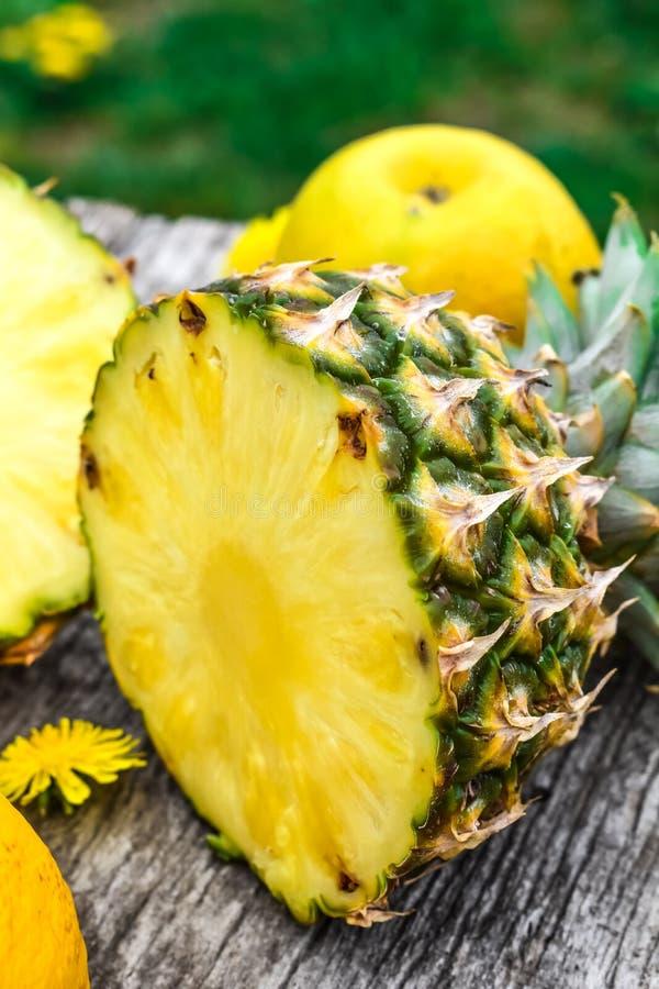 成熟菠萝裁减和服务 免版税图库摄影