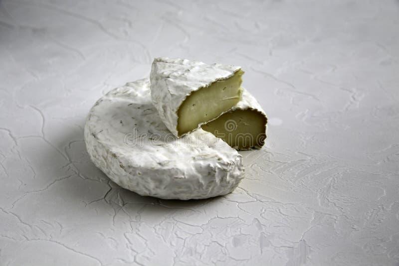 成熟裁减乳酪软制乳酪或咸味干乳酪咸味干乳酪在一张破裂的桌上 库存图片
