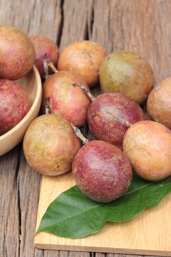 Download 成熟西番莲果是可口的在木背景 库存图片. 图片 包括有 黄色, 木头, 种子, 可口, 背包, 饮食, 成熟 - 72353639