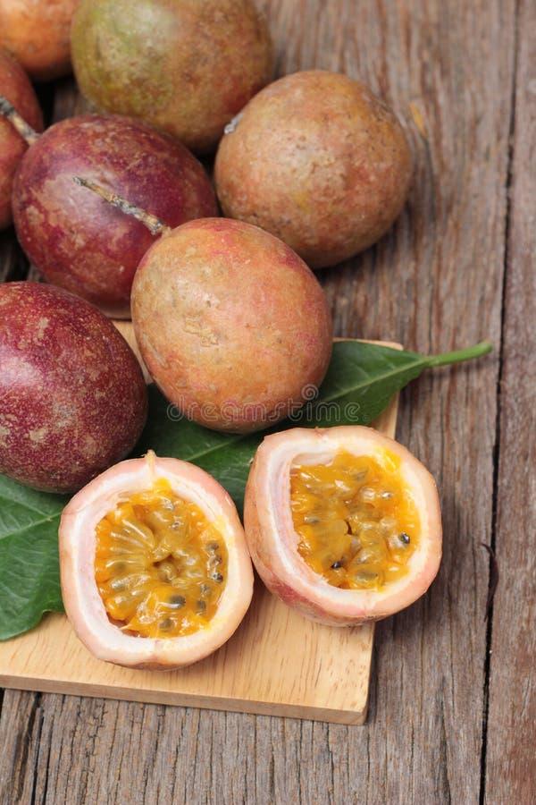 Download 成熟西番莲果是可口的在木背景 库存图片. 图片 包括有 剪切, 茶点, 可口, 射击, 食物, 木头, 点心 - 72354189