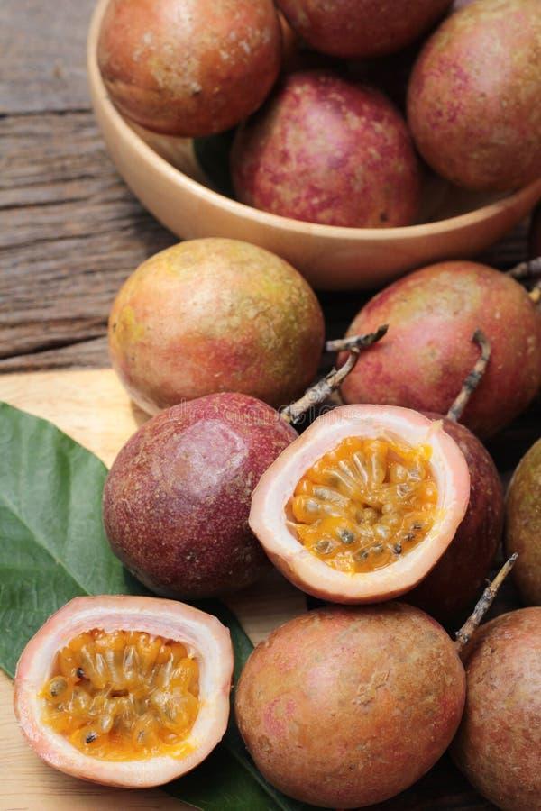 Download 成熟西番莲果是可口的在木背景 库存照片. 图片 包括有 食物, 茶点, 黄色, 健康, 射击, 剪切, 热带 - 72354864
