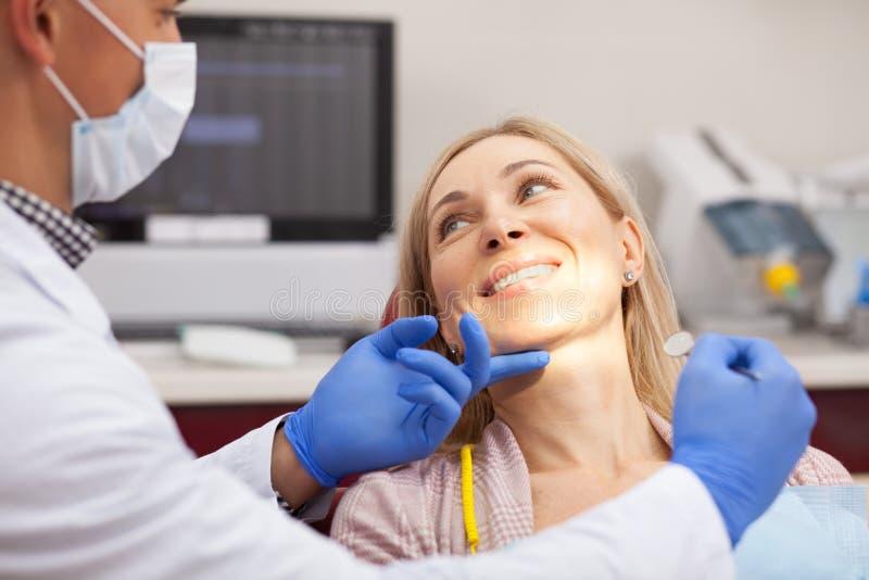 成熟诊所的妇女参观的牙医 免版税库存照片