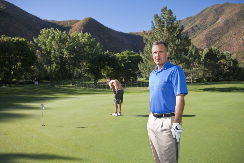 成熟路线的高尔夫球运动员 库存照片