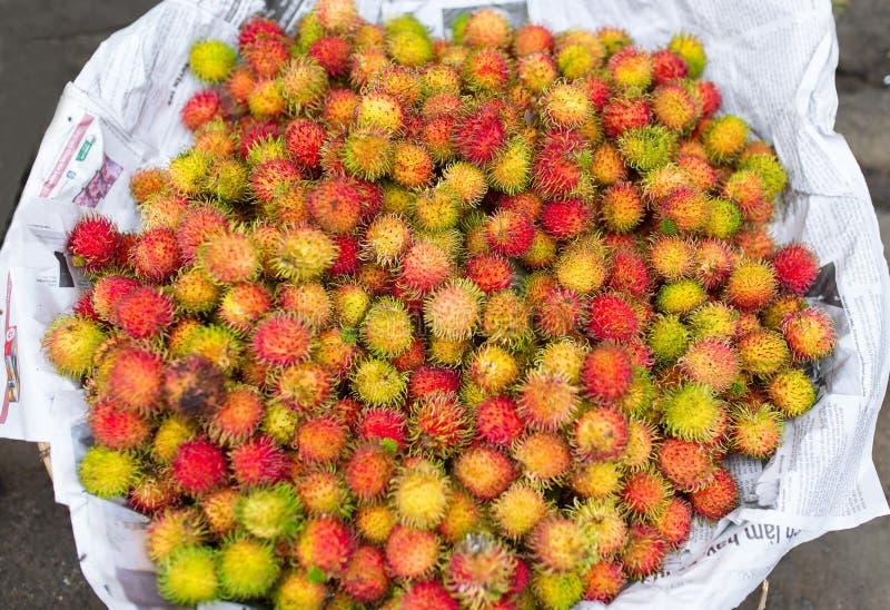 成熟长毛的红毛丹在市场上 免版税图库摄影