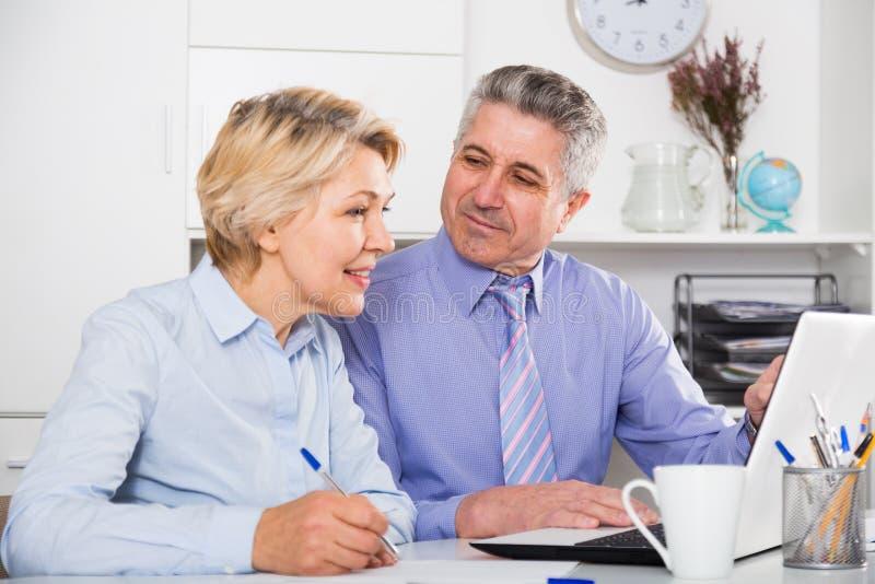 成熟雇员与文件一起使用 免版税库存图片