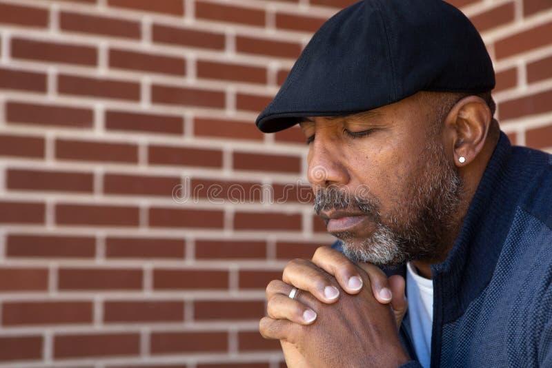成熟非裔美国人人祈祷 库存照片