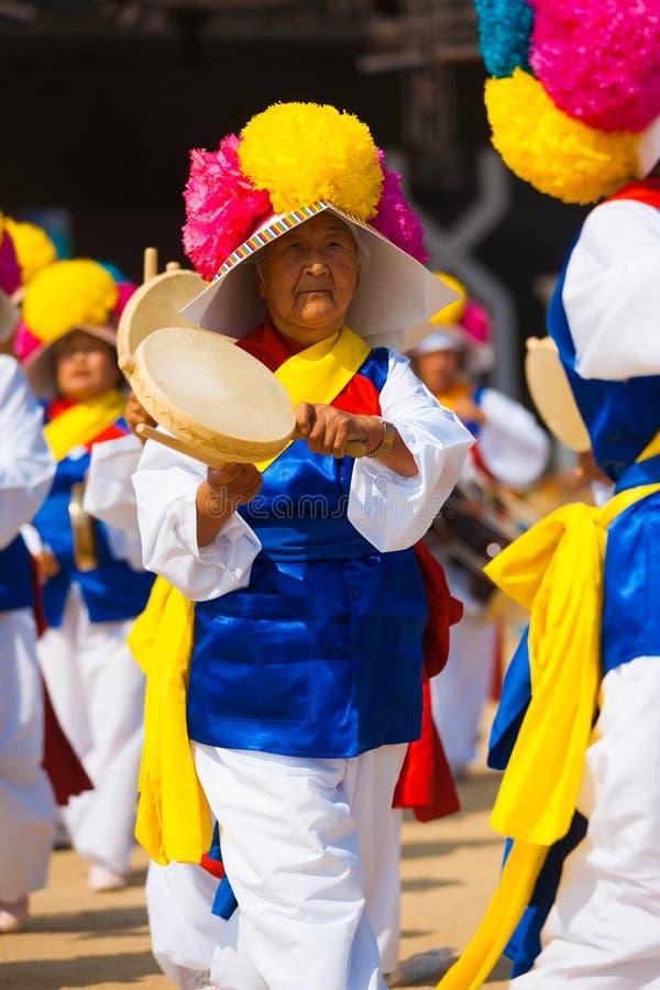 成熟韩文妇女传统手持式鼓 库存照片