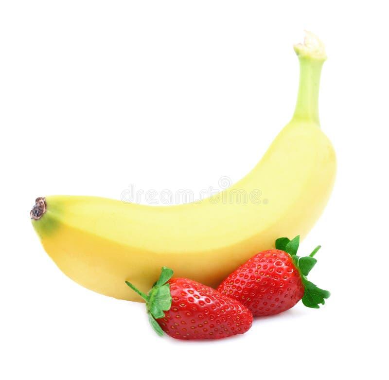 成熟香蕉和草莓。 免版税库存照片