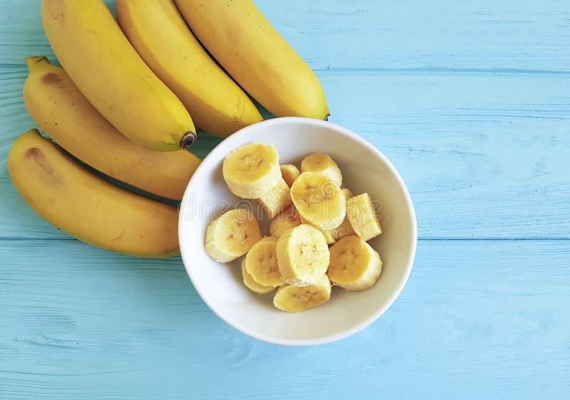 成熟香蕉板材片断季节性开胃美味的生活方式蓝色木背景 免版税库存照片