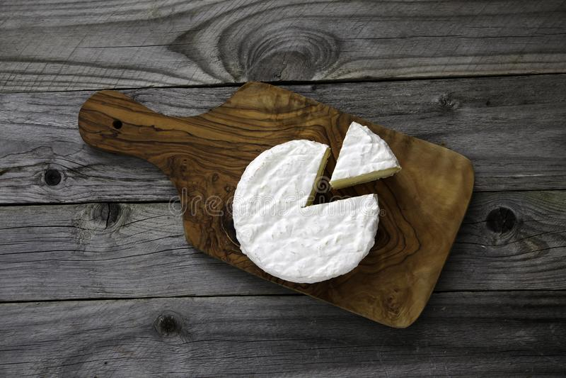 成熟鲜美乳酪软制乳酪或咸味干乳酪在一个切板在老 库存图片