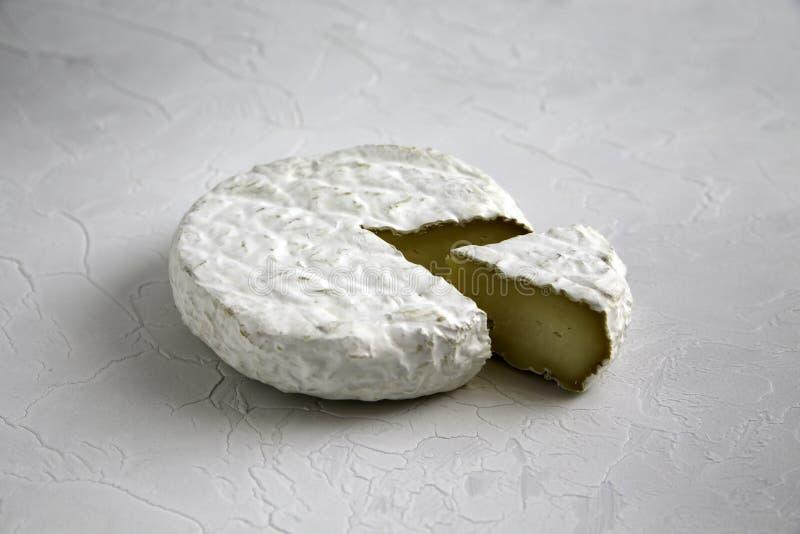 成熟鲜美乳酪软制乳酪或咸味干乳酪在一张破裂的桌上 免版税库存图片