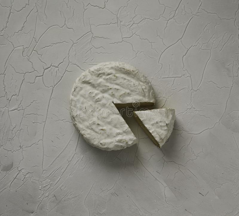 成熟鲜美乳酪软制乳酪或咸味干乳酪在一张破裂的桌上 免版税图库摄影