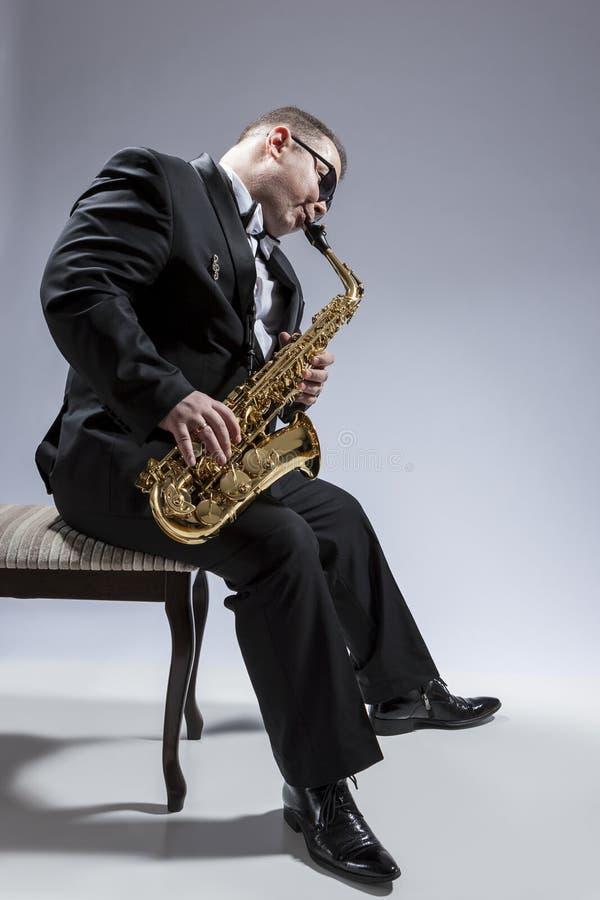 成熟轻松和Thoughful白种人萨克管演奏员画象  免版税库存图片