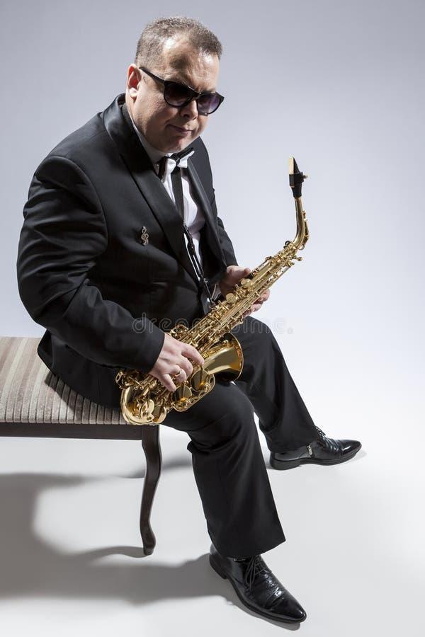 成熟轻松的白种人萨克管演奏员画象在Sunglas 免版税库存照片