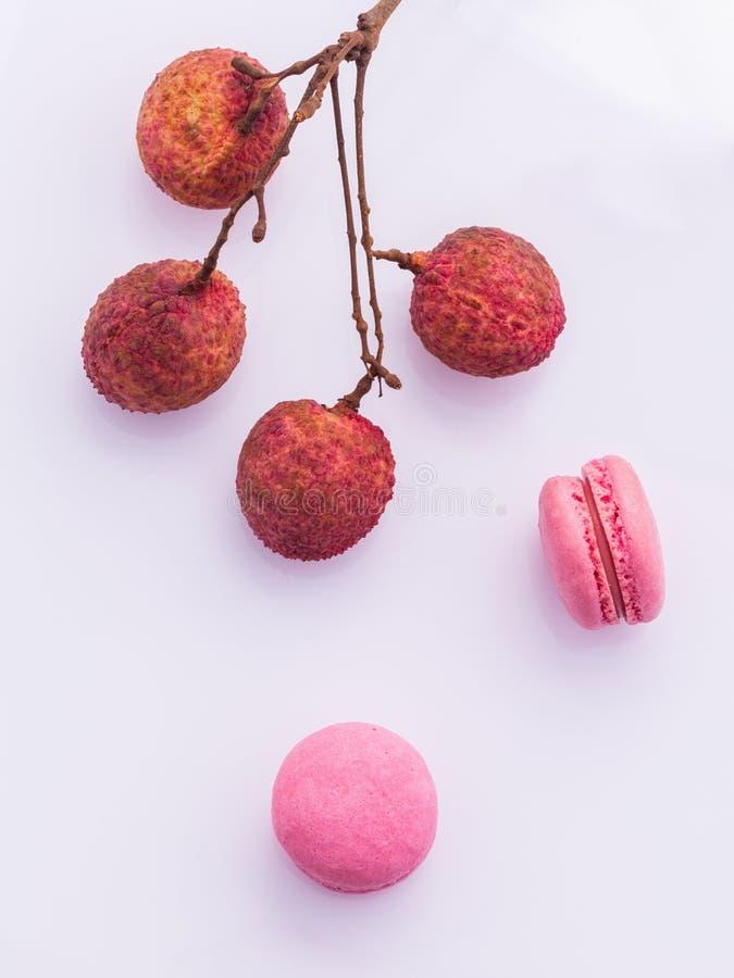 成熟lychee和lychee蛋白杏仁饼干早午餐与叶子孤立 免版税库存照片