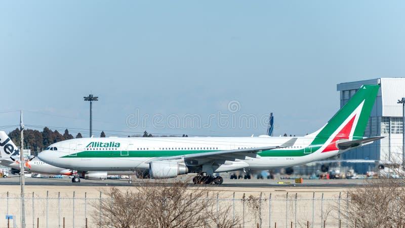 成田-日本, 2017年1月25日:EI-EJL空中客车A330准备好的意大利航空在国际成田空港,日本离开 库存图片