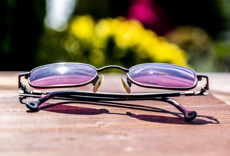 成衣的太阳镜的夏天概念 免版税库存照片