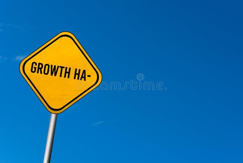 成长乱砍-与蓝天的黄色标志 库存图片
