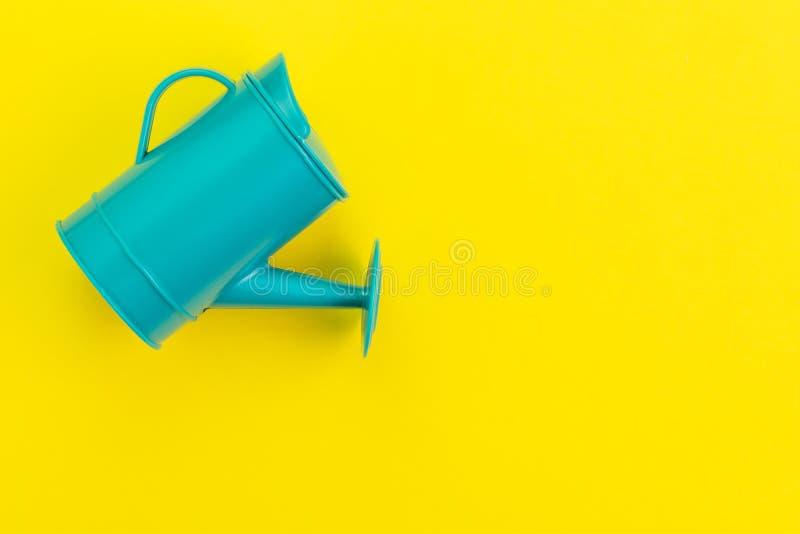 成长想法,增长或投资赢利概念,在黄色背景的小绿色喷壶与拷贝空间 免版税库存照片