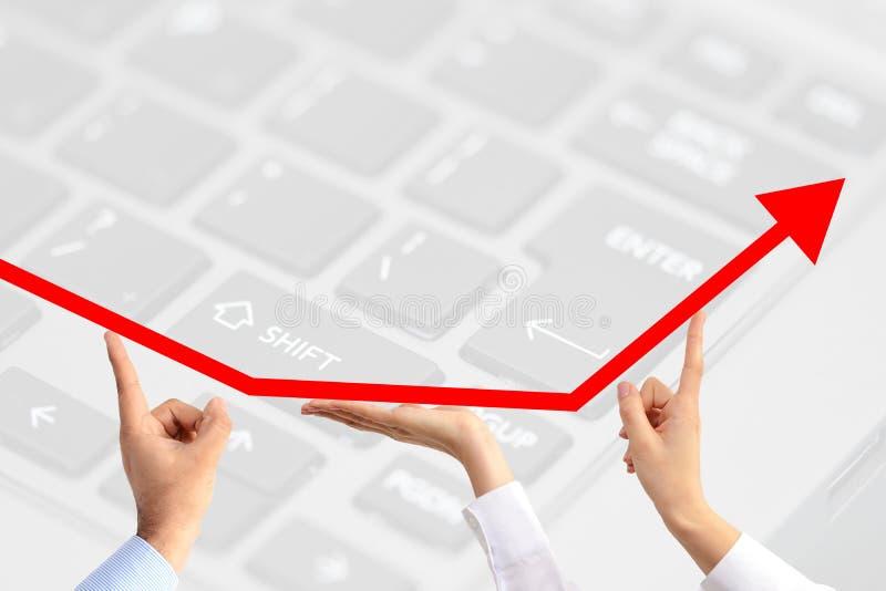 成长箭头建议的配合津贴上升,举行由在技术主题背景的三只企业people's手 免版税库存照片