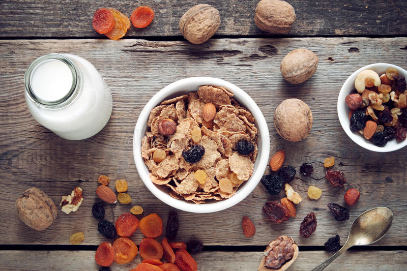成份健康早餐:谷物麦子剥落和干果子 免版税图库摄影