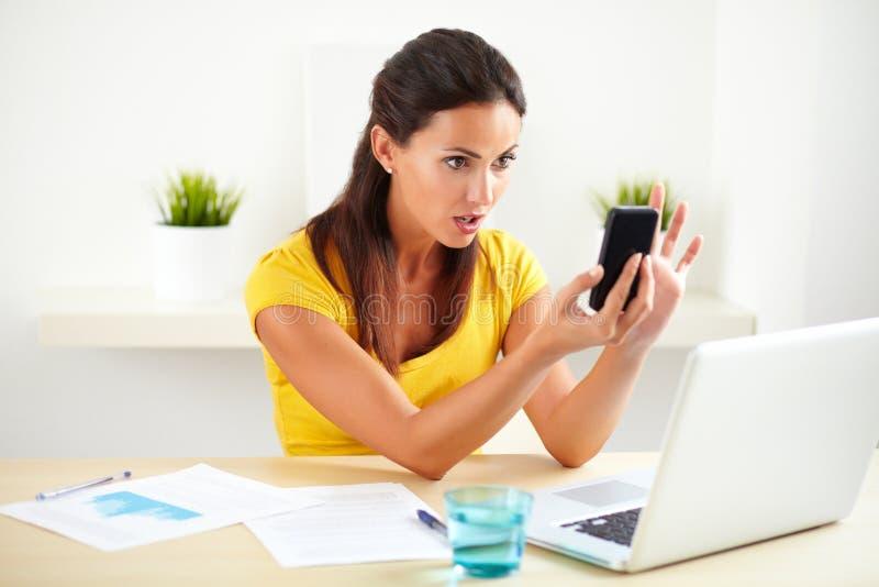 成年女性接待员叫通过电话 免版税库存照片