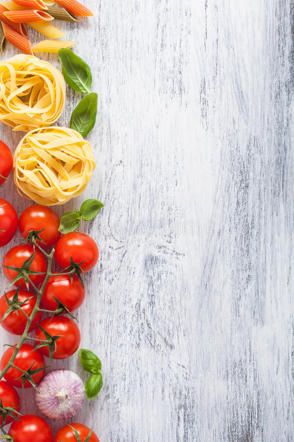 成份面团蕃茄在白色木backgroun的蓬蒿框架 免版税库存照片
