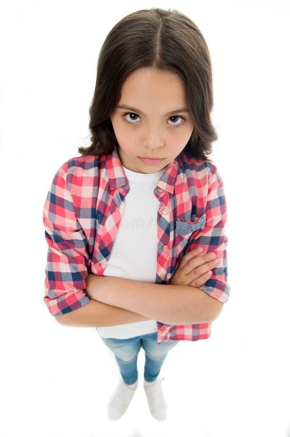 我与您不谈话 女孩严肃的面孔被触犯的白色背景 严密孩子不快乐的神色 女孩被交叉的双臂  免版税图库摄影