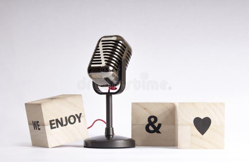 我们享受在木立方体的谈话和爱消息 库存照片
