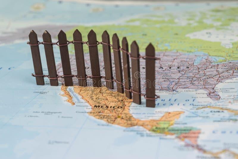我们墨西哥边界墙壁的概念如建议由美国总统唐纳德・川普 免版税库存图片